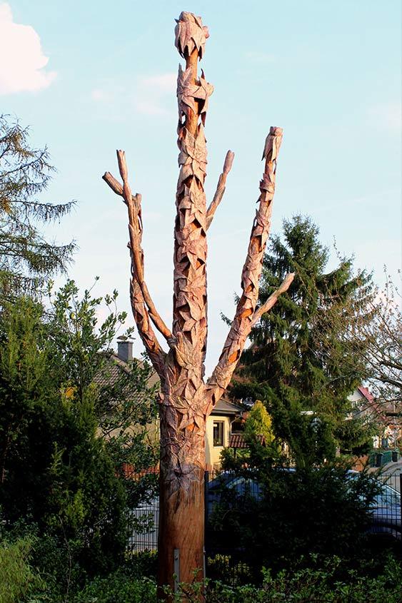 Blütenbaum, 2015, Zedernholz/farbige Lasur, Höhe ca. 5,0m