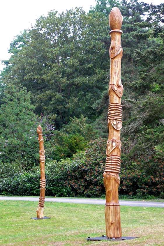 Wachsender Widerstand, 2010, Robinienholz feuergeschwärzt/Acrylfarbe, Höhe ca. 75cm