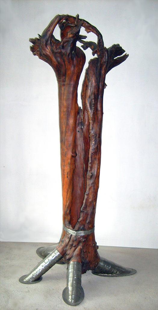 Apfelbaum auf den Kopf gedreht und zum Ritter beschlagen, 2007, Apfelholz/Stahl/Halogenlichtquelle
