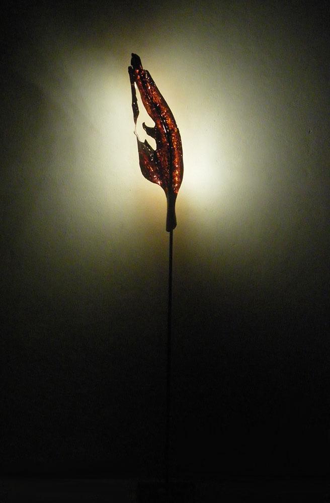 Blatt im Herbst, 2012, Apfelholz/Stahlfuß/LED Lichtquelle, Höhe ca. 2,10 m