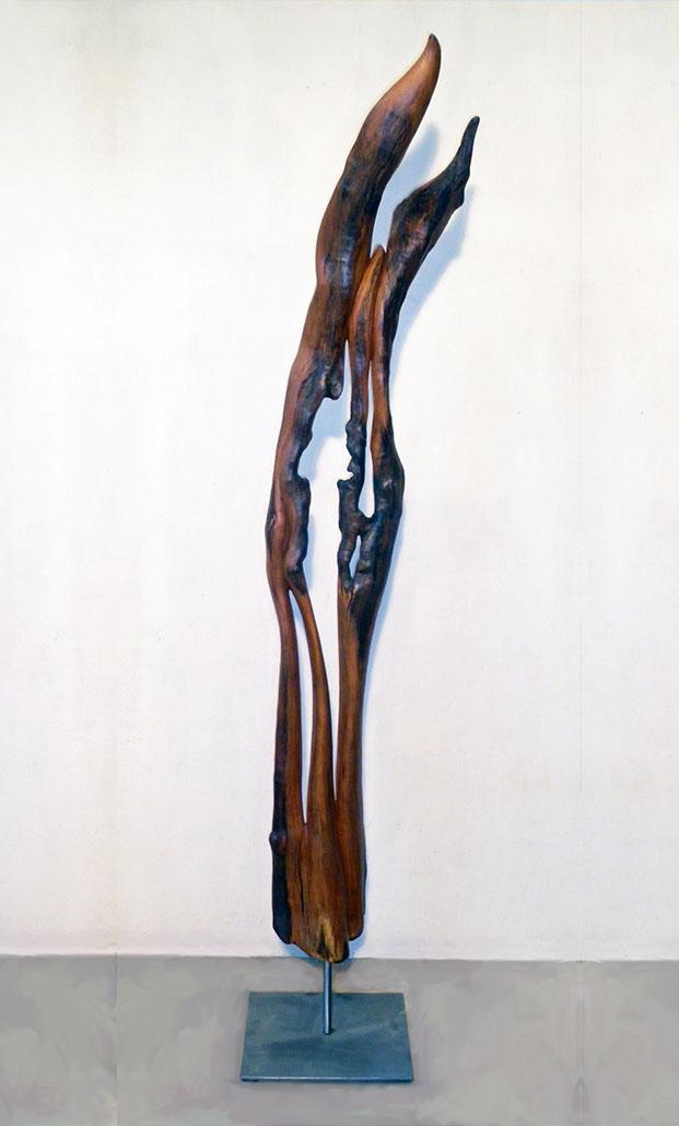 Das Streben nach…, 2012,Apfelholz/Stahlfuß/Glühbirne, Höhe ca. 1,90m