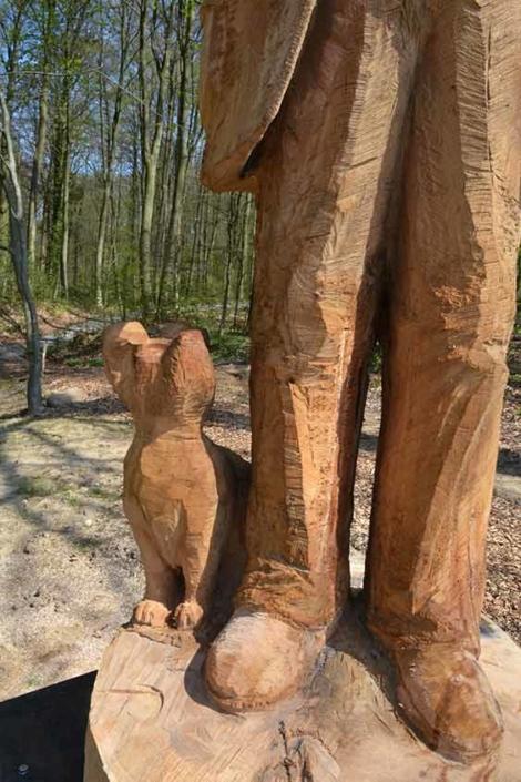 Der Alte und sein Fiffi, 2018, Material: Eichenholz, Höhe ca. 2,50m, Standort: Bad Iburg-Am Kohlbach Zufahrt: Auf der Leimbrede, 49186 Bad Iburg