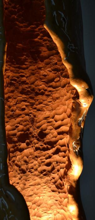 Im Schutze der Höhle, 2010, Apfelholz/Quazitsockel/Halogenlichtquelle, Höhe ca. 1,95 m