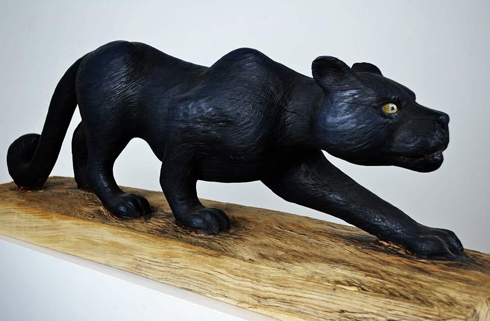 Schleichender Panther, 2017 Lindenholz feuergeschwärzt/Acrylfarbe, Länge/Höhe ca. 1,0m X 35cm