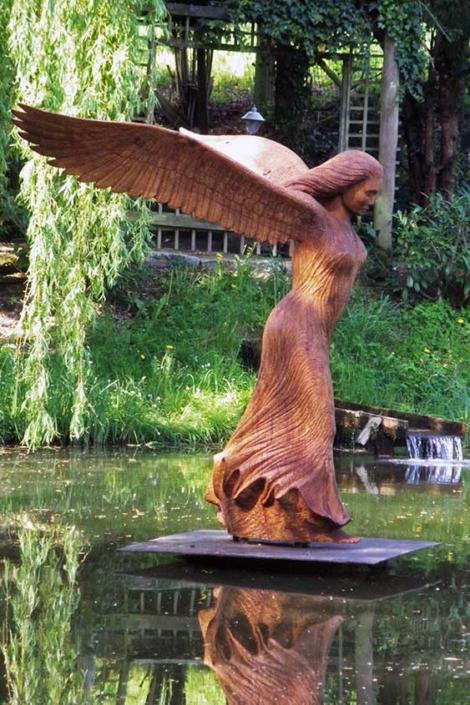 Nike, 2015, Material: Eichenholz, Höhe ca. 2,20 m, Standort: Skulpturenpark-Renkenörener See, 49176 Hilter-Ebbendorf, Zur Wolfsquelle 1, www.heimatverein-borgloh.de/verein/verein_Renkseephp