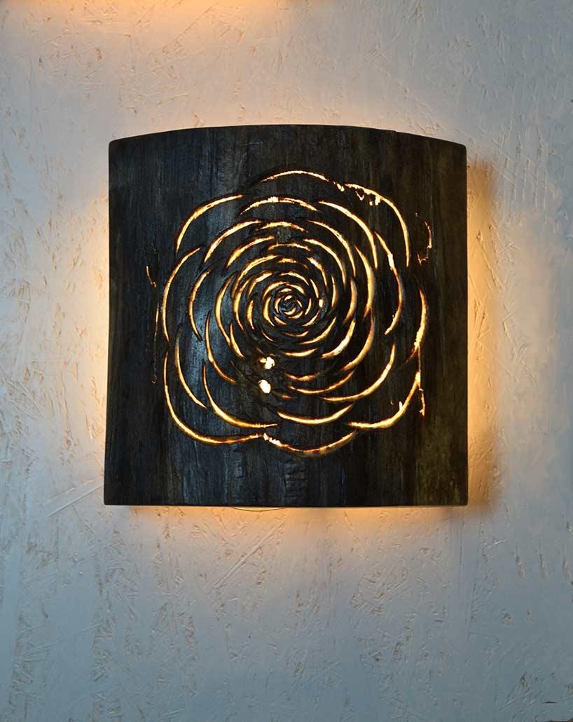 Wandleuchte Roses, 2017, angewittertes Pappelholz/LED Lichtquelle, Länge/Höhe ca. 25 cm